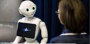 Szociális robot emberrel lép interakcióba.