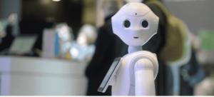 Pepper típusú humanoid robot felénk néz.