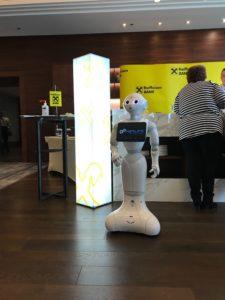 Humanoid robot egy banki rendezvényen.