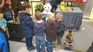 Humanoid robot gyerekekkel körbvevéve egy rendezvényen