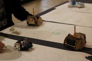 Egyszerű alakzatokat rajzoló robotok.