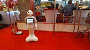 Super Pepper nevű humanoid robot láhtató a Jövő Áruházában.